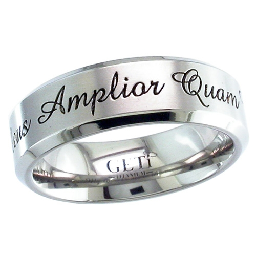 silver ring med gravyr på utsidan
